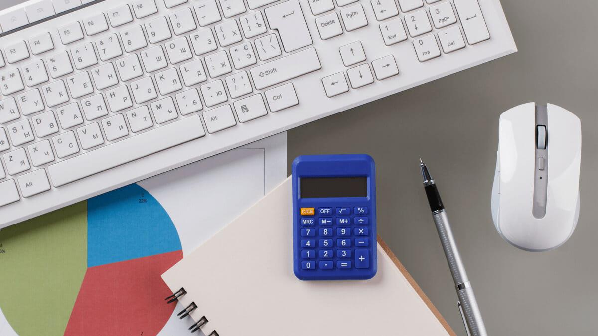 ノートパソコンと電卓